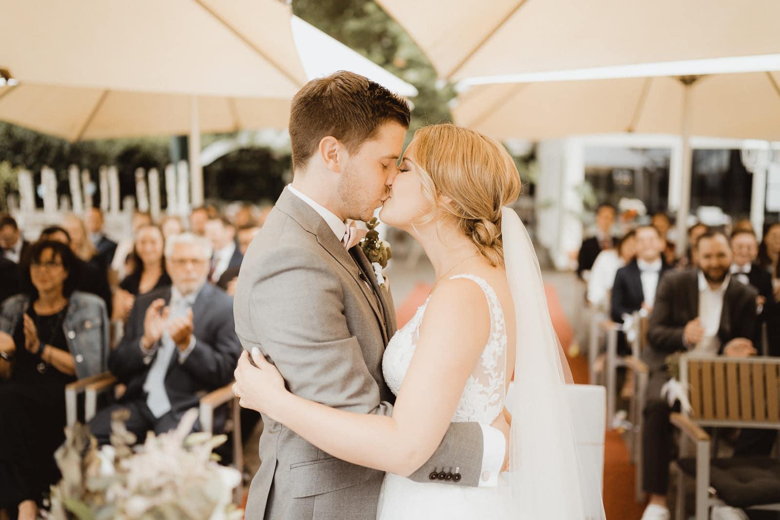 Hochzeit Kuss Brautpaar in Viersen